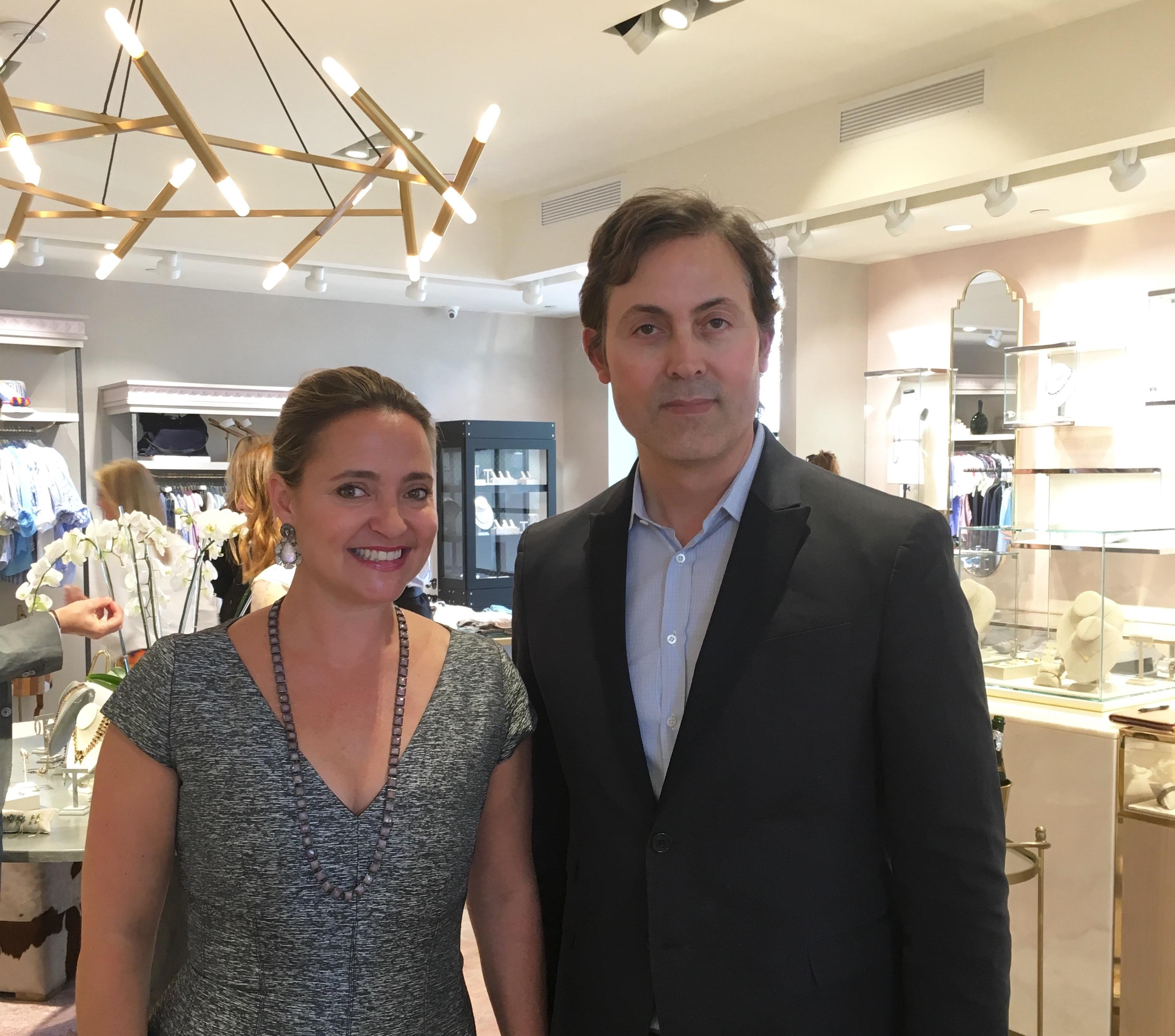 Elisa Summers (a la izquierda) de MARKET con el diseñador de joyas con base en Texas, Nak Armstrong, durante un show de baúles con la última colección de Armstrong.