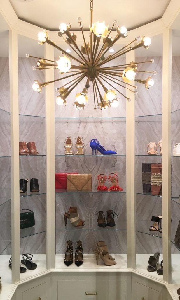 Rincón de zapatos y accesorios dentro del mercado.
